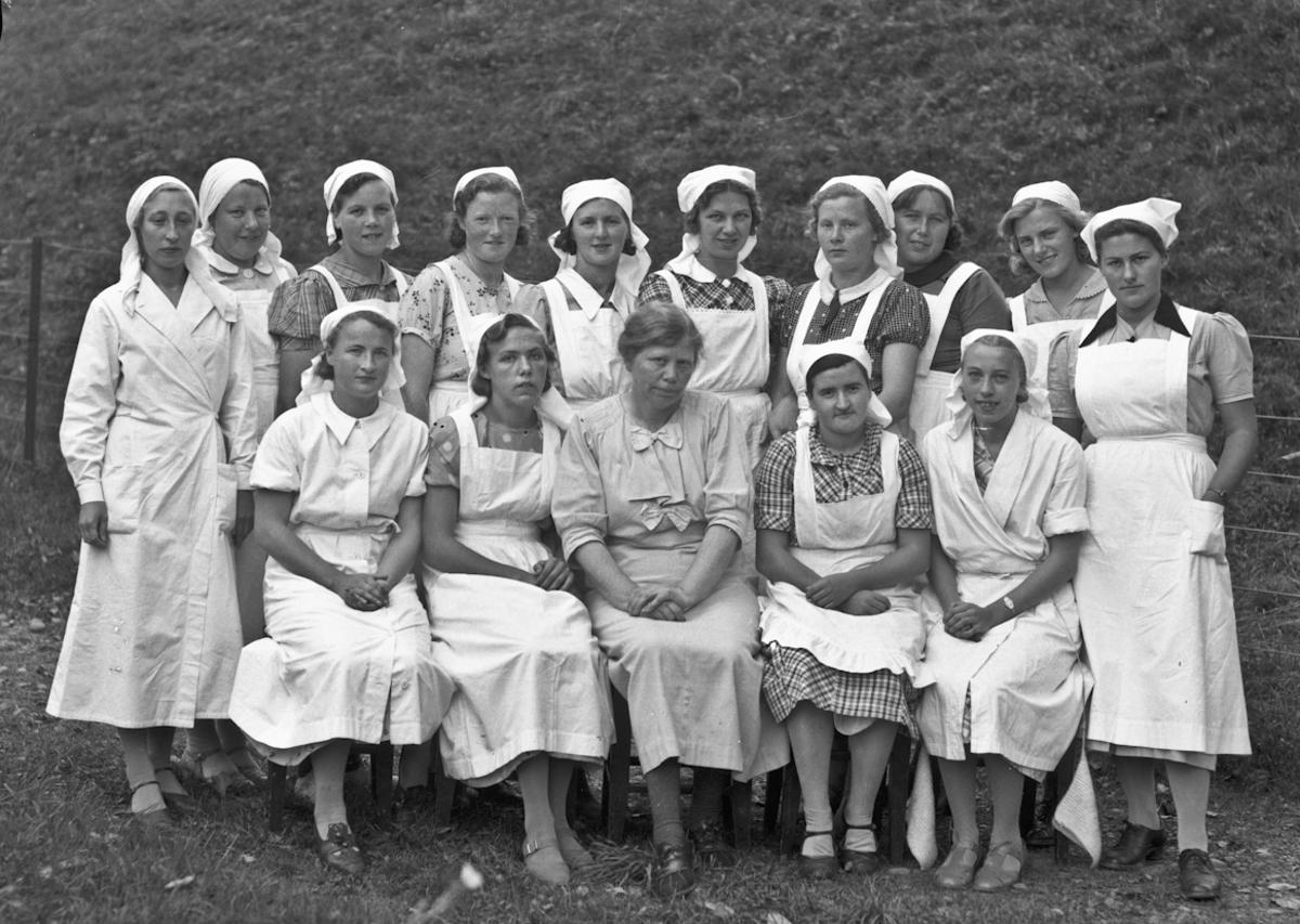 Eidsvoll Kommunale Husmorskole. Bestyrer og lærer (1912-1950) Ingeborg Hilde i midten foran.