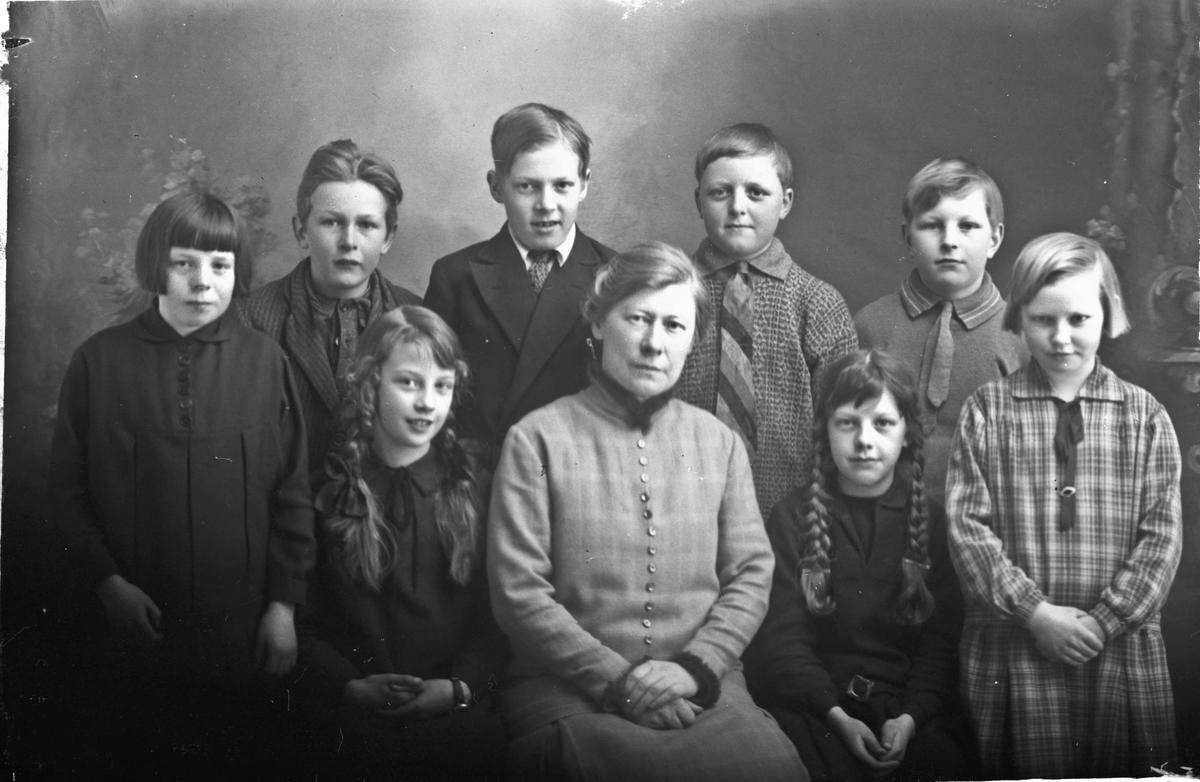 Mor og 8 barn.