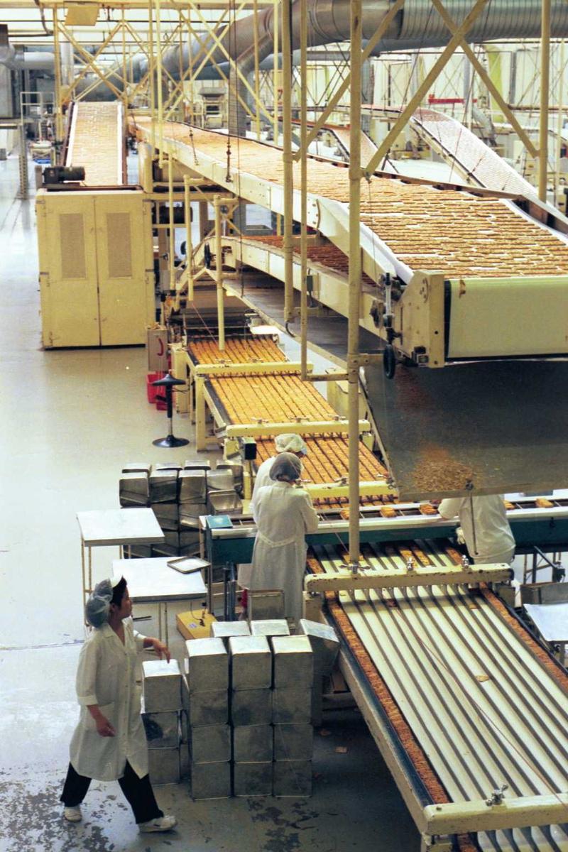Cream Cracker, kjeks, maskiner, arbeidere, kvinner, arbeidstøy, arbeidsmiljø, fabrikkmiljø. Kjølebånd og pakkestasjon på a-linja