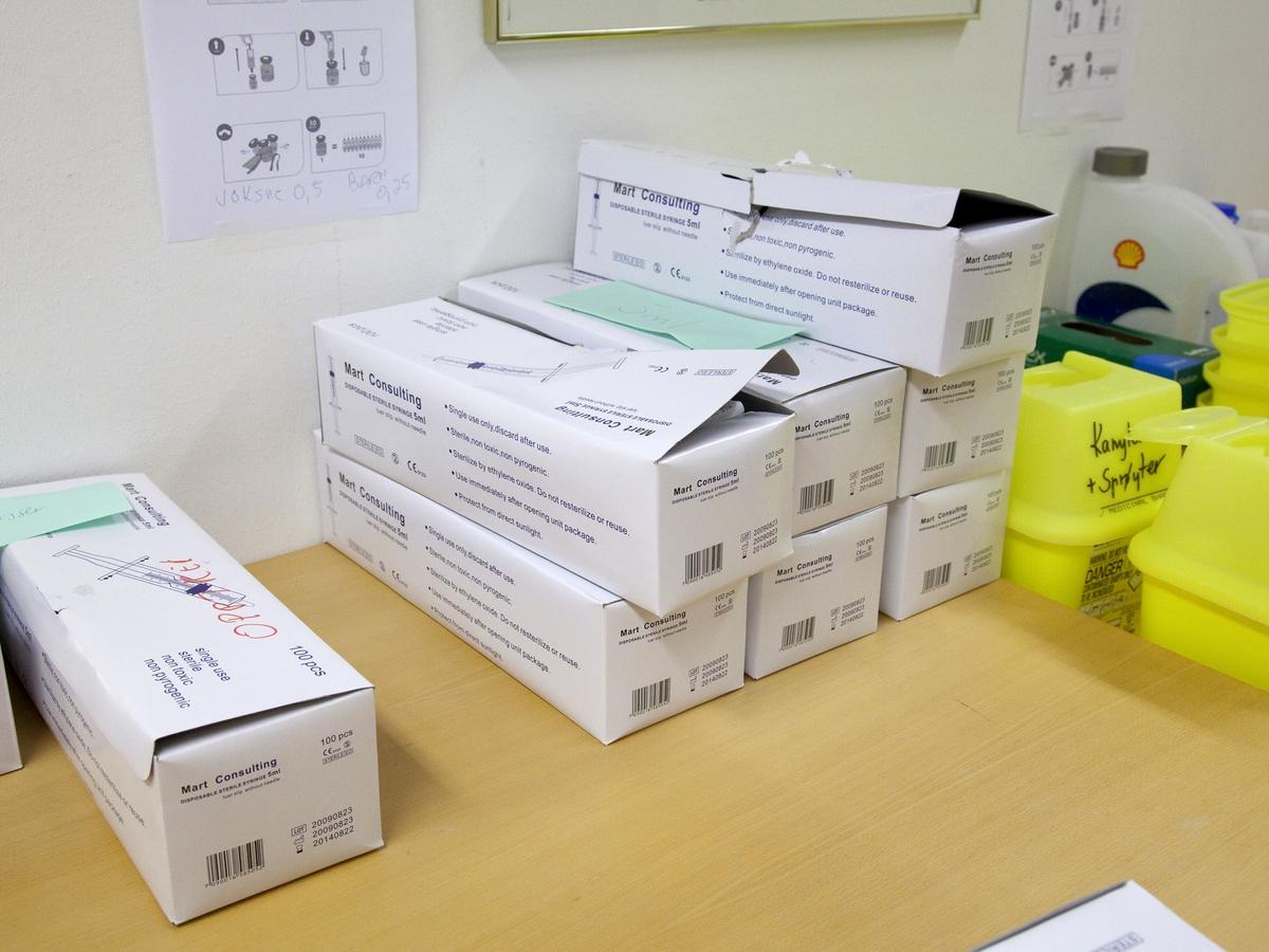 Svineinfluensa. Vaksinasjon mot svineinfluensa på Skedsmo Rådhus den 20.11.09. Vaksinasjonsområde. Kontor for forberedelse av vaksine. Esker med injeksjnsprøyter.