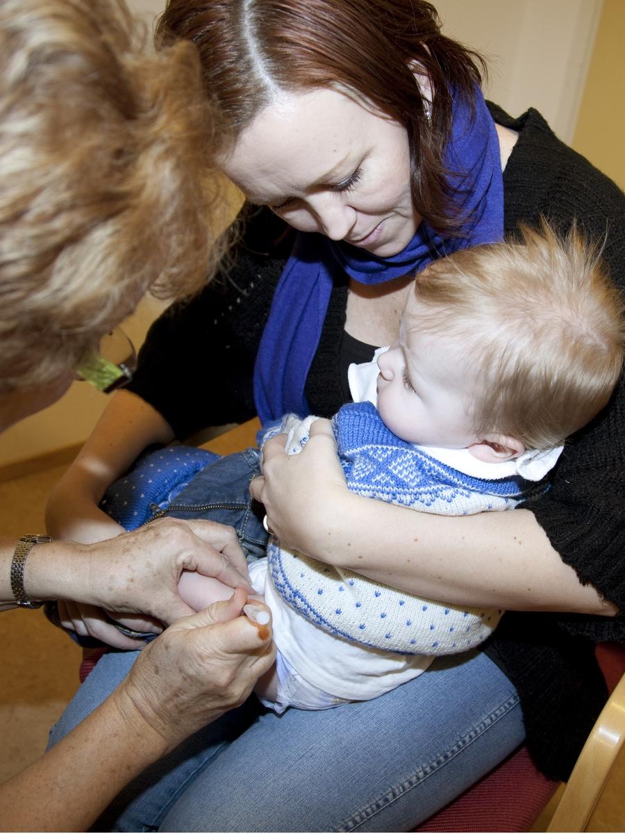 Svineinfluensa. Vaksinasjon mot svineinfluensa på Skedsmo Rådhus den 20.11.09. Vaksinasjonsområde. På vaksinasjonskontoret. Gutten vaksineres