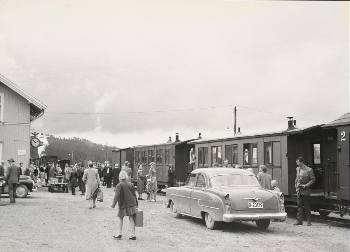 Tog 2051 til Skulerud på Bjørkelangen stasjon. Inn- og utskifting av vogner, vannfylling, mange reisende.
