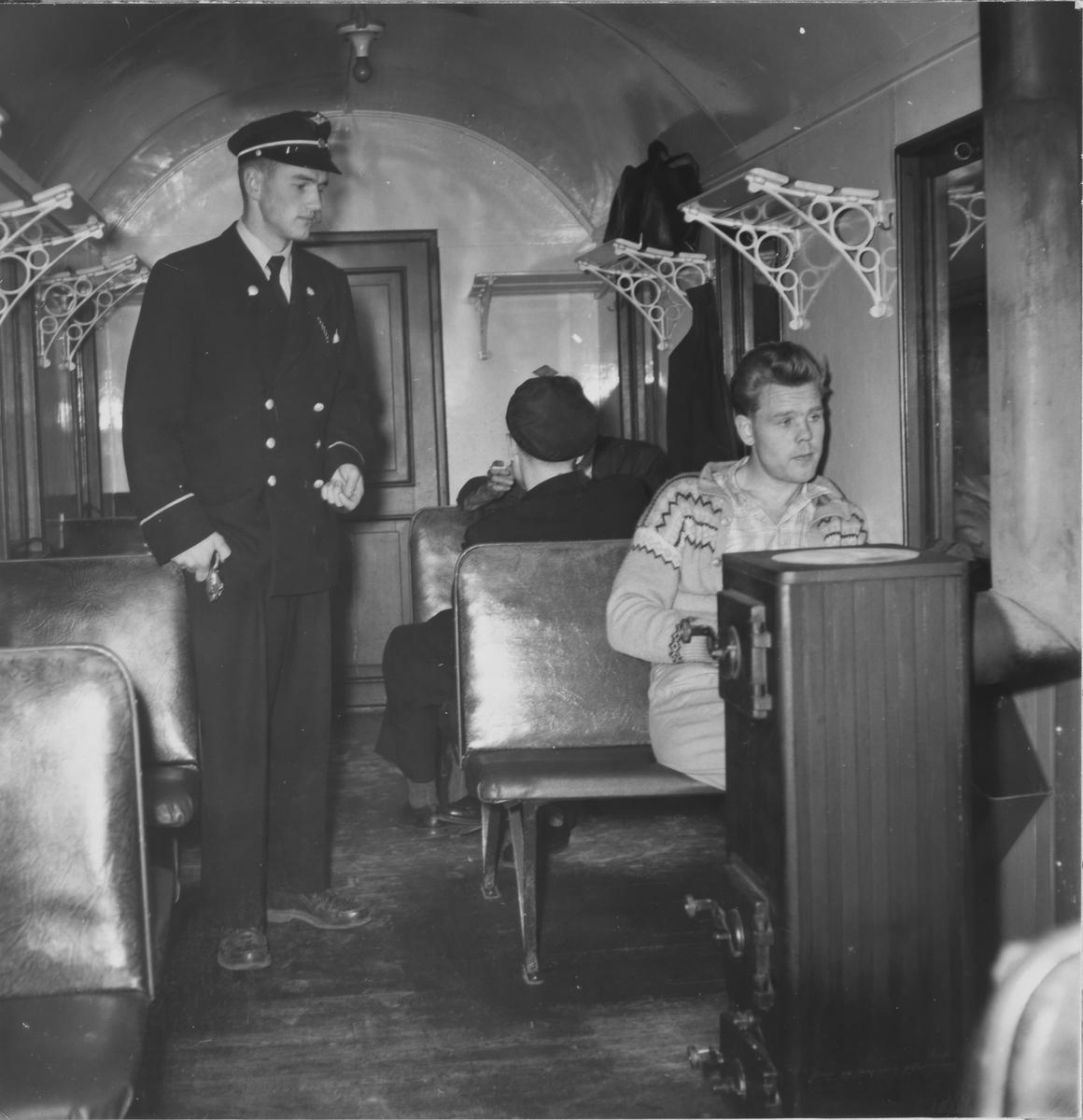 Konduktør Sigmund Furustad kontrollerer billetter.