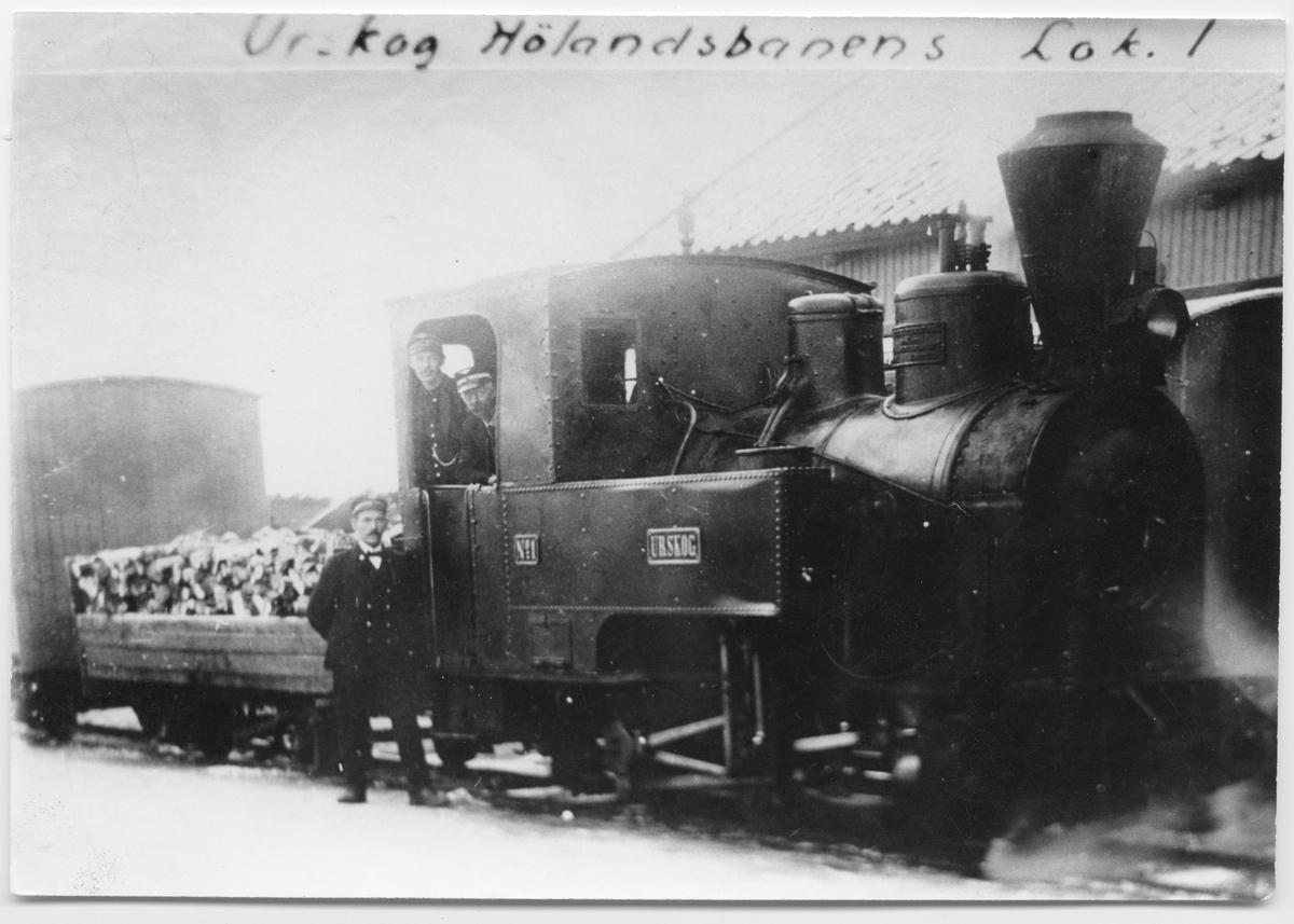Lok nr 1 Urskog fyres med ved.