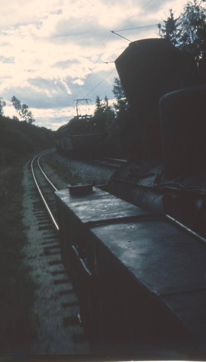 Utsikt fra fyrbøterplassen på lokomotivet. Tog 2058 på Urskog-Hølandsbanen møter lokaltog på Kongsvingerbanen.