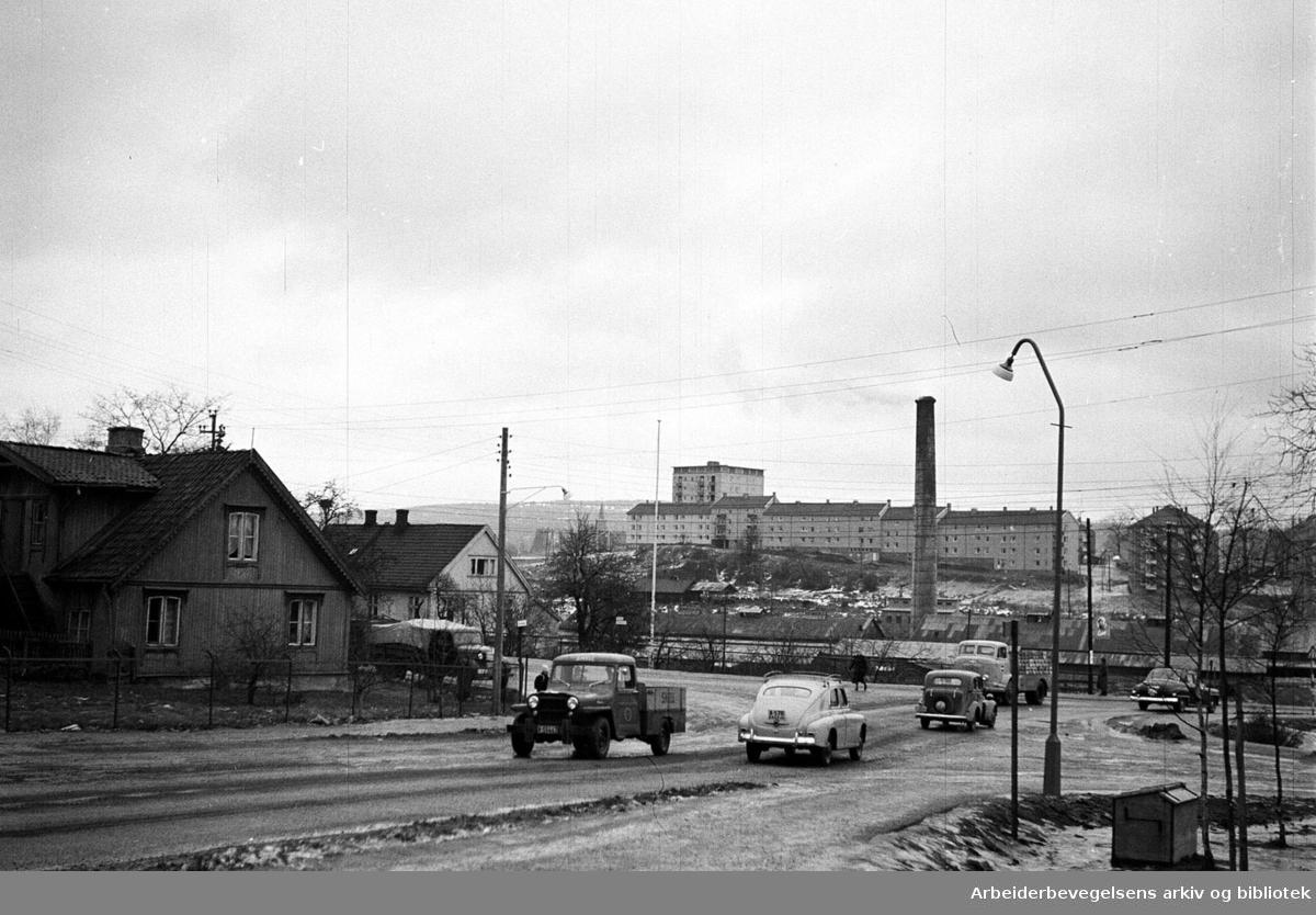 Grenseveien - Økernveien på Hasle med Hovin Tegleverk i bakgrunnen,.1957.