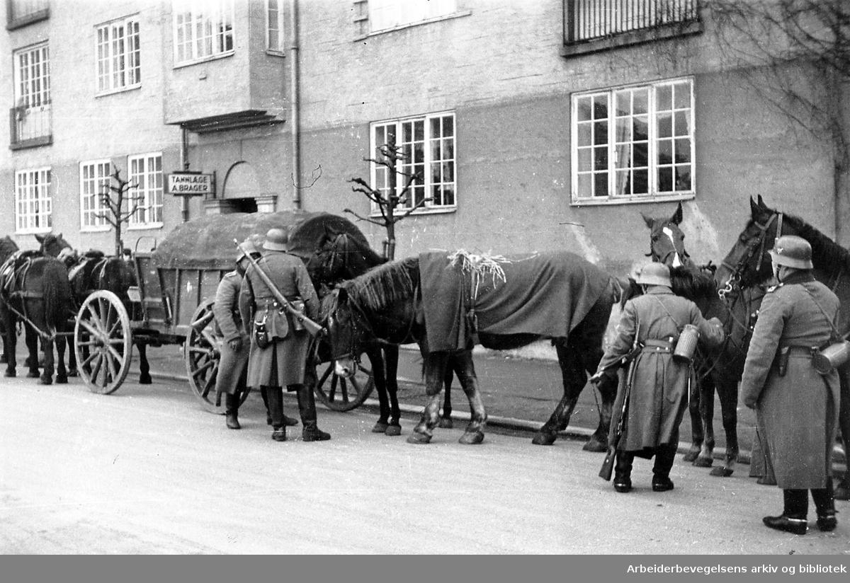 Troppekolonner i Kirkeveien, .1940