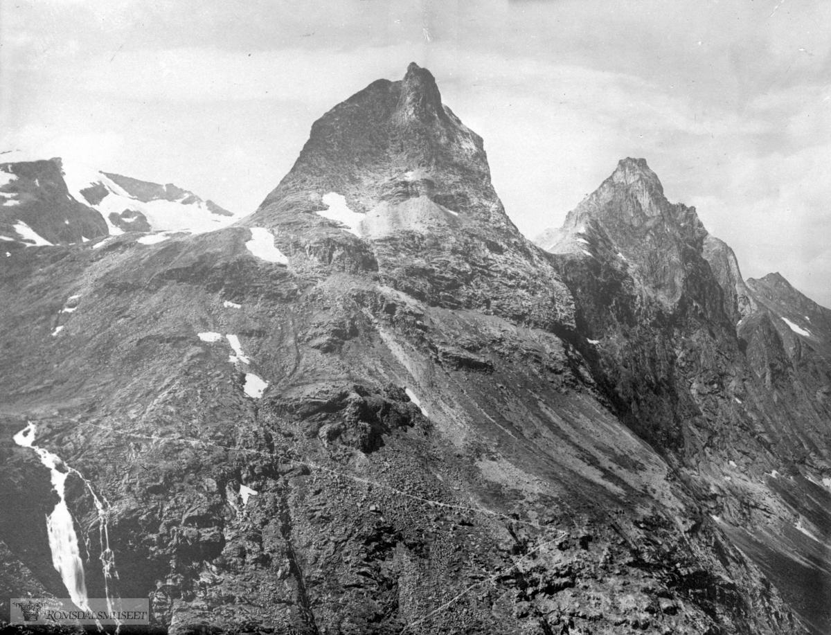 """Trollstigen med Stegfossen og fjellene """"Bispen"""", """"Kongen"""", """"Dronningen"""" (sammensatt)"""