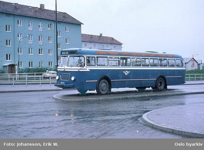 Buss, De Blå Omnibusser, DBO buss A-15451 linje 67 til Bøler. Parkert på en forhøyning.
