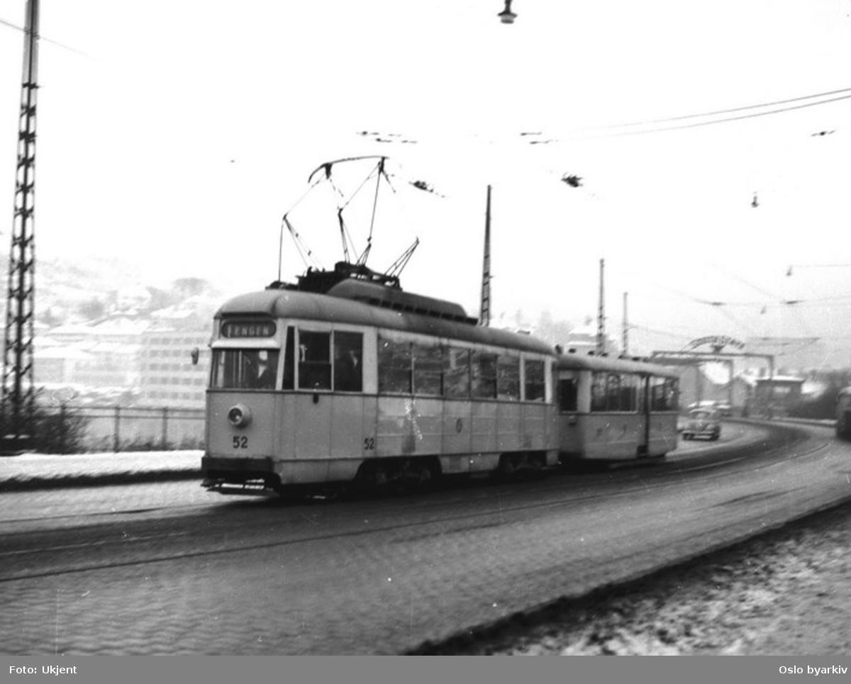 Bergen Sporveis vogn 52 ved Nygårdsbroen i desember 1965, kort tid før trikken ble lagt ned.