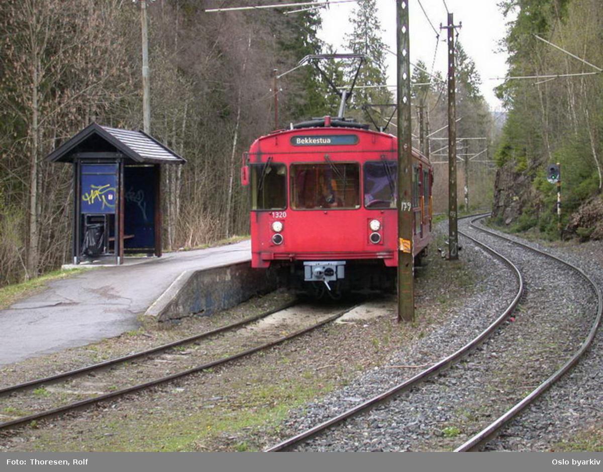 Oslo Sporveier. Kolsåsbanen. T-banevogn 1320, serie T6, på linje 3 mot Bekkestua (midlertidig endestasjon), her ved Tjernsrud stasjon.