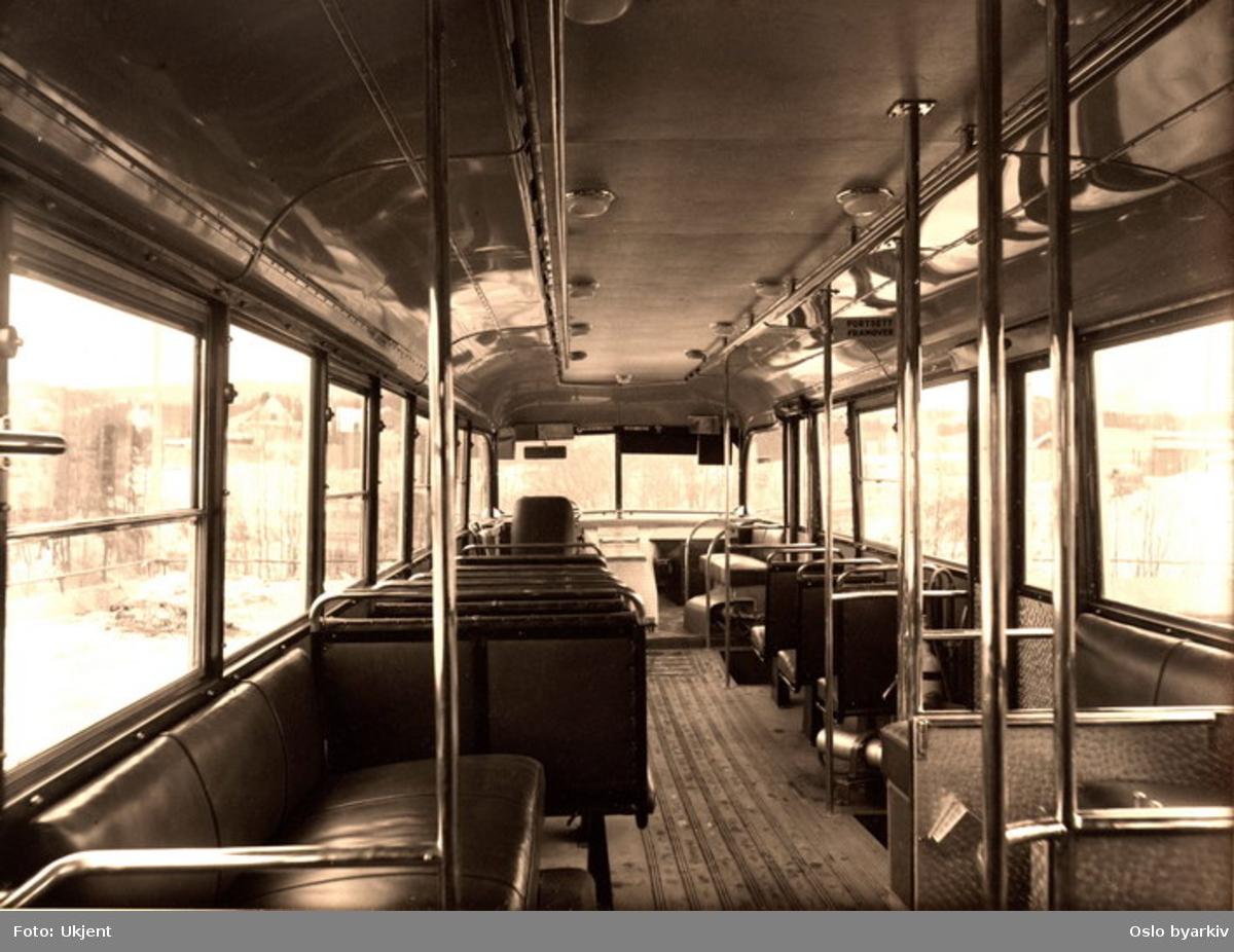 Oslo Sporveier. Interiørfoto i en 1947-modell Scania/Larvik hos Oslo Sporveier buss (nr. 817 - 828) sett forover.