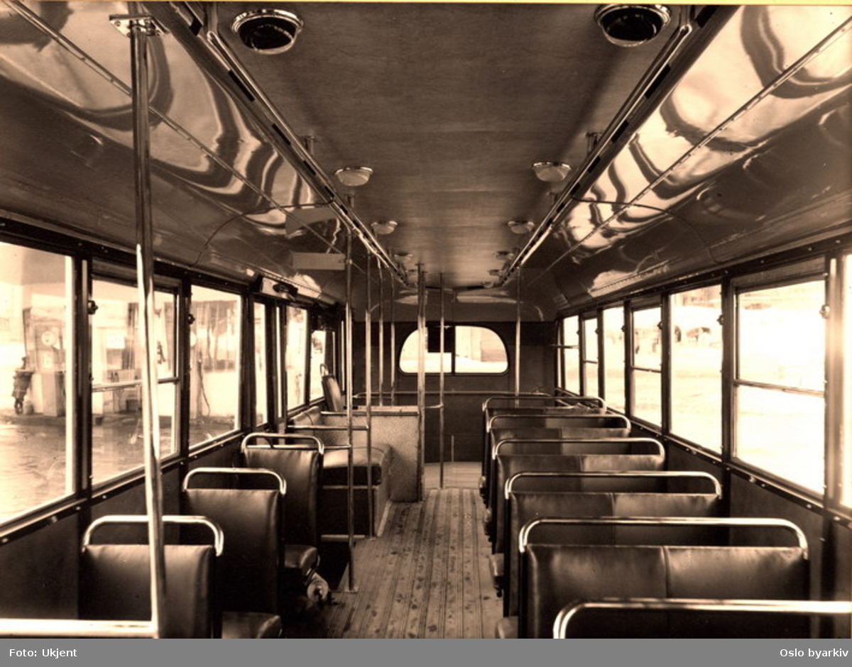 Oslo Sporveier. Interiørfoto i en av Oslo Sporveiers Larvik/Scania 1947-modell busser (nr. 817 - 828) sett bakover.