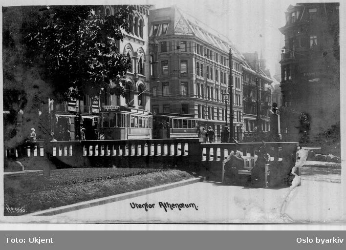 Wessels plass, damer på benk. Trikker i Akersgata (trikk linje 2 til Frogner, 1909-1914). Forretningsgårder. Postkort 966.