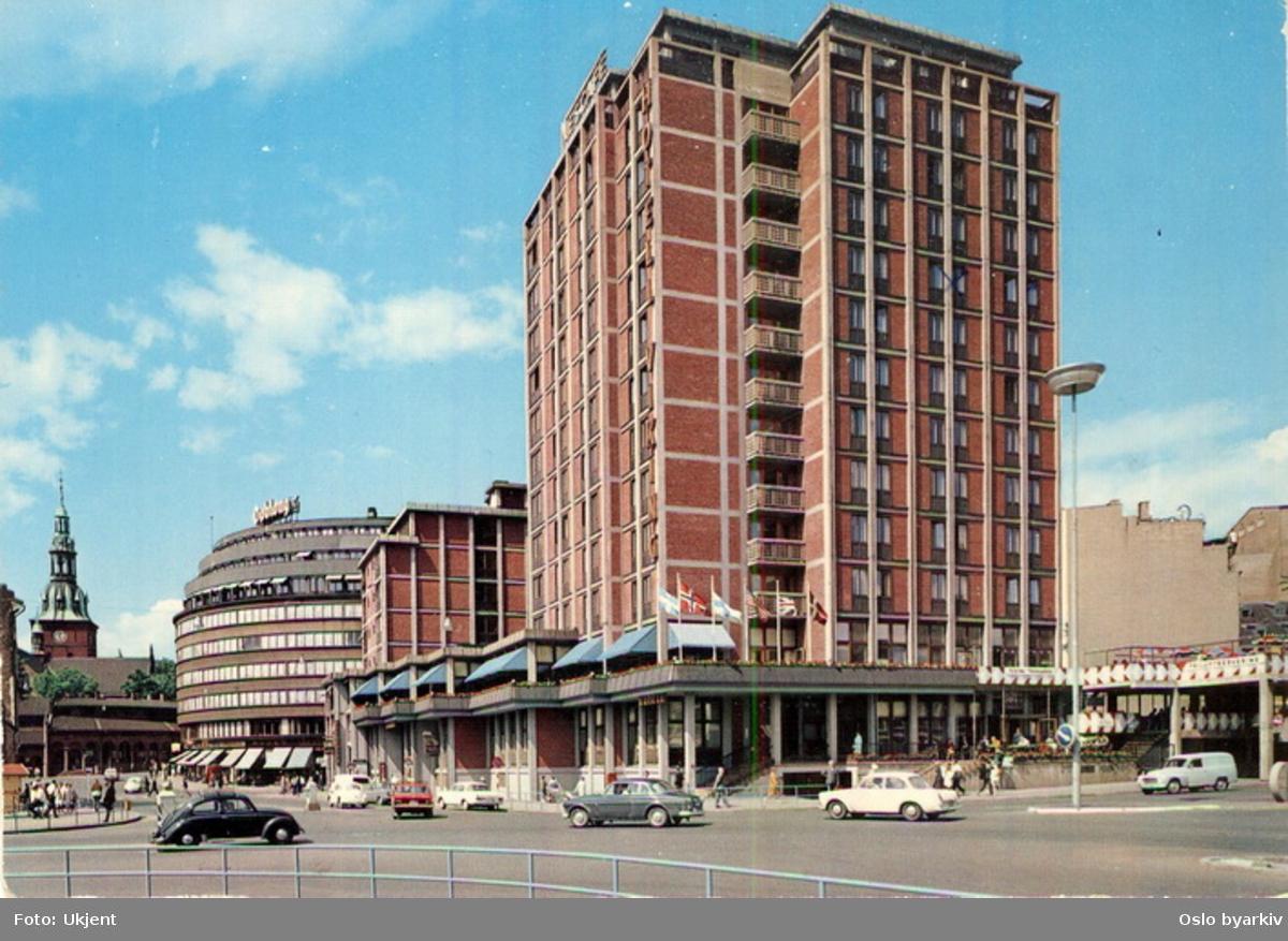 Hotell Viking sett fra øst. Gunnerus' gate opp mot nye Doublouggården og Kirkeristen. Domkirkespiret. Nygata inn til høyre. Biler. Postkort.