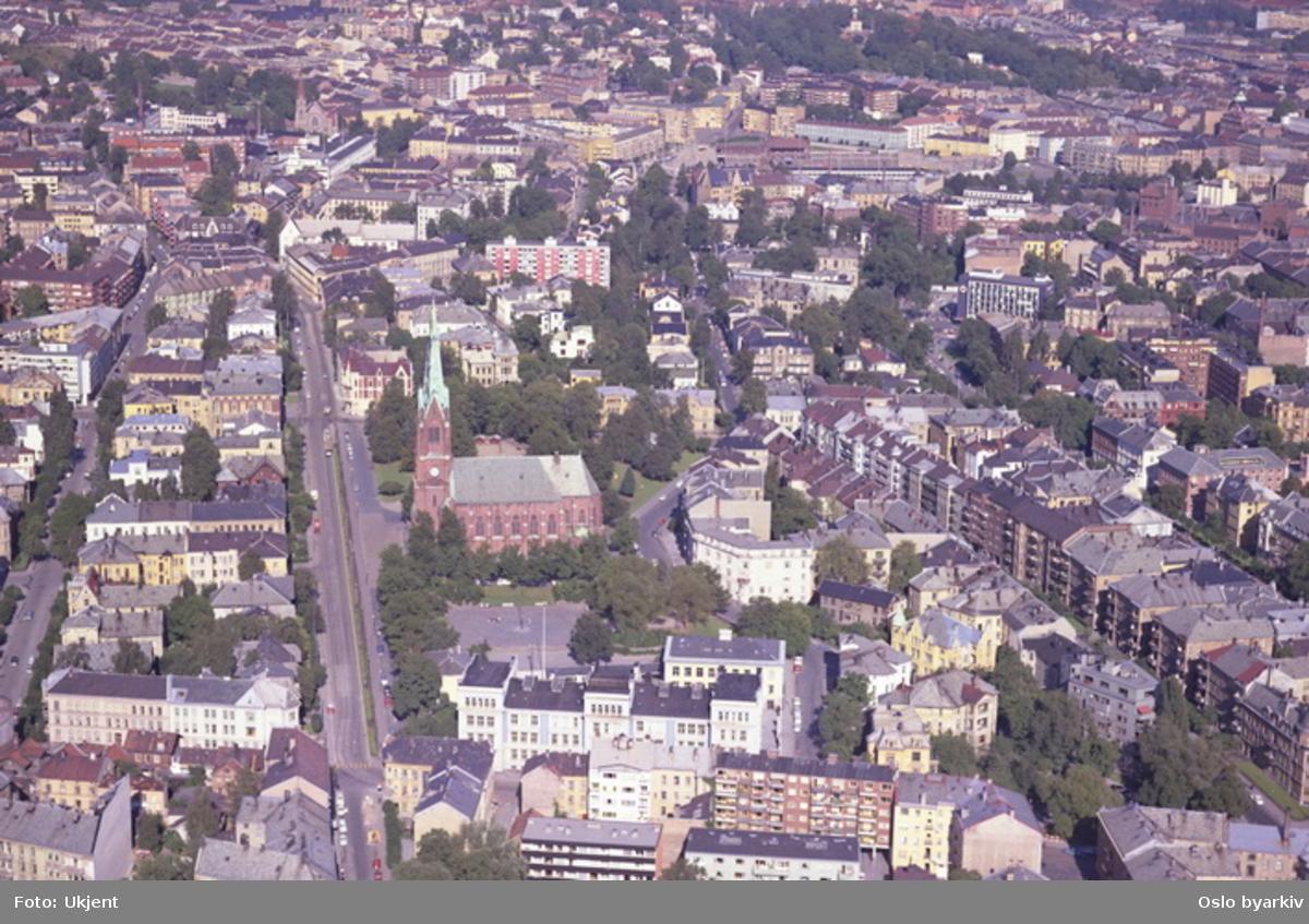 Uranienborg kirke. Eilert Sundts gate til venstre og Holtegata ved kirken. Bygårder ved Camilla Collets vei og Skovveien til høyre. Bislett stadion i bakgrunnen.  (Flyfoto)