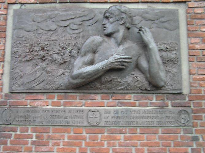 Relieffet er kopi av det relieffet som ble avduket 28. mai 1960 på PLACE DE NARVIK i Paris. Som en æresbevisning til de franske krigsveteranforening, påtok den 80-årige gamle billedhugger P. Landowski seg å utføre relieffet. Franske veteraner fra kampene ved Narvik overrakte en kopi i gips til Narvik by 17. juli 1960. Narvik kommune lot relieffet støpe i bronse og plasserte det på frontveggen på Narvik Rådhus 20. august 1962.  Kjøreanvisning: Narvik rådhus er i sentrum av Narvik og relieffet er plassert på frontveggen til rådhuset.