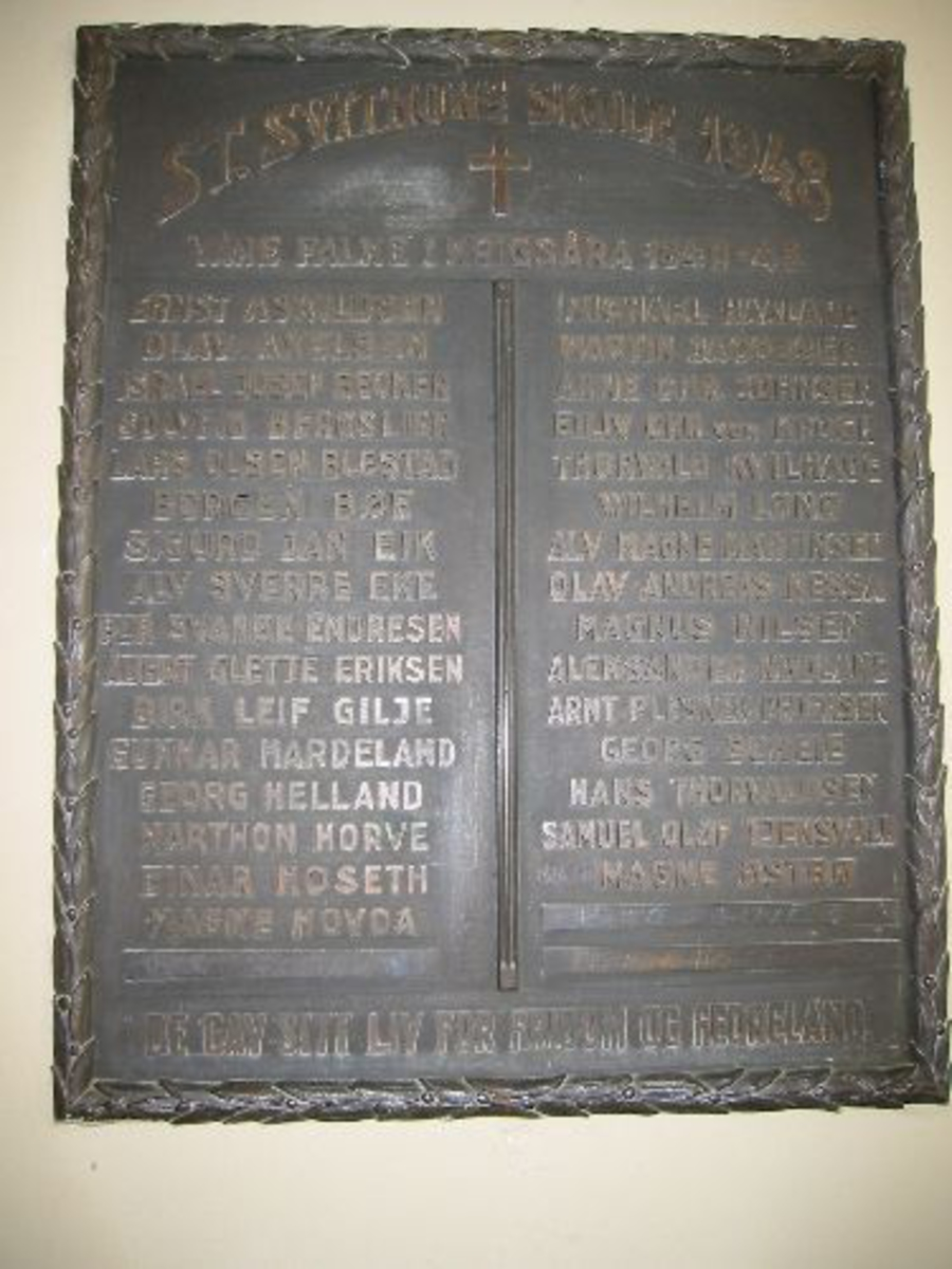 Minneplate 0,60 x 0,75 i bronse med to bronsevaser. En på hver side med en gutt på den ene og en pike på den andre.