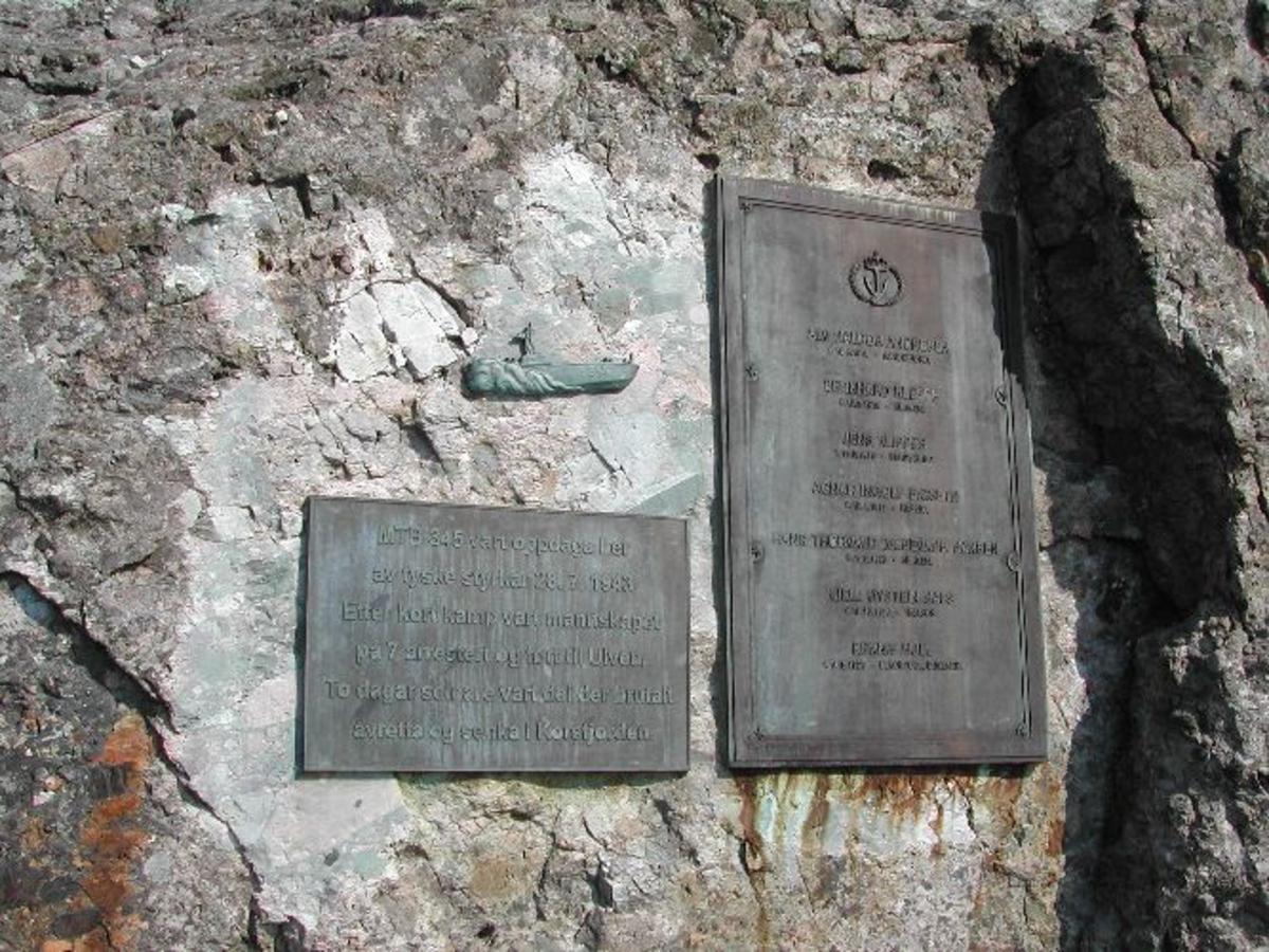 Namnetavla er rektangulær (H = 100 - b 60) ståande. Denne står til høgre på bergflata. Til venstre står en noe mindre infoplate ( 40 x 60 ), med eit mtb- relieff over. Dei er skrudde til fjellet.