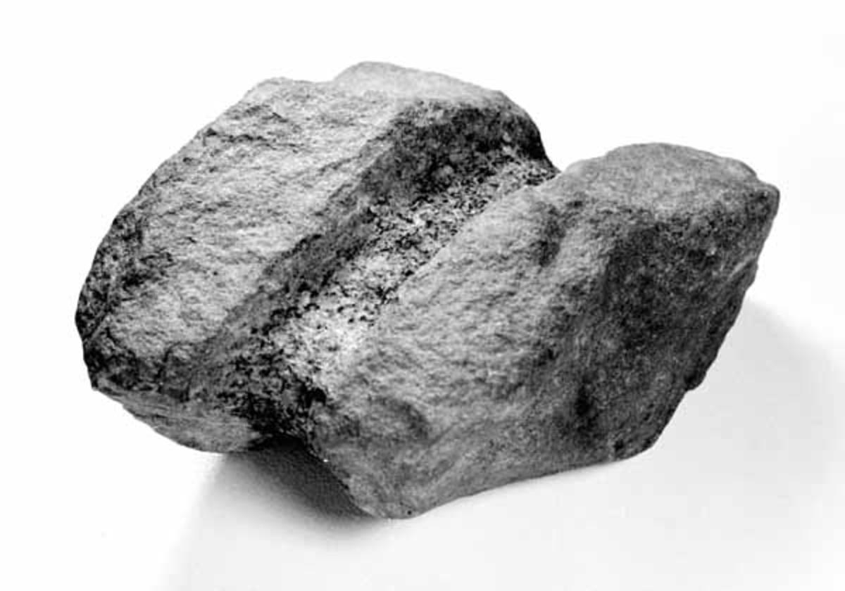 Garnstein (?) fra Håven, Grue Finnskog, Grue, Hedmark.  Gjenstanden er i lys gråbrun sandstein med ei 2, 5 cm bred mørkere stripe langs midten. Denne stripa er tydelig hakket ut, antagelig for å gjøre steinen lett å binde fast til f. eks et garn eller ei not.  Funnet på en odde i Røgden av Sigurd Langbråten sammen med andre gjenstander i tidsrommet 1967-1972. Gjenstandene er av Universitetets Oldsaksamling datert til 1400-1600. Se SJF 3958-2963.