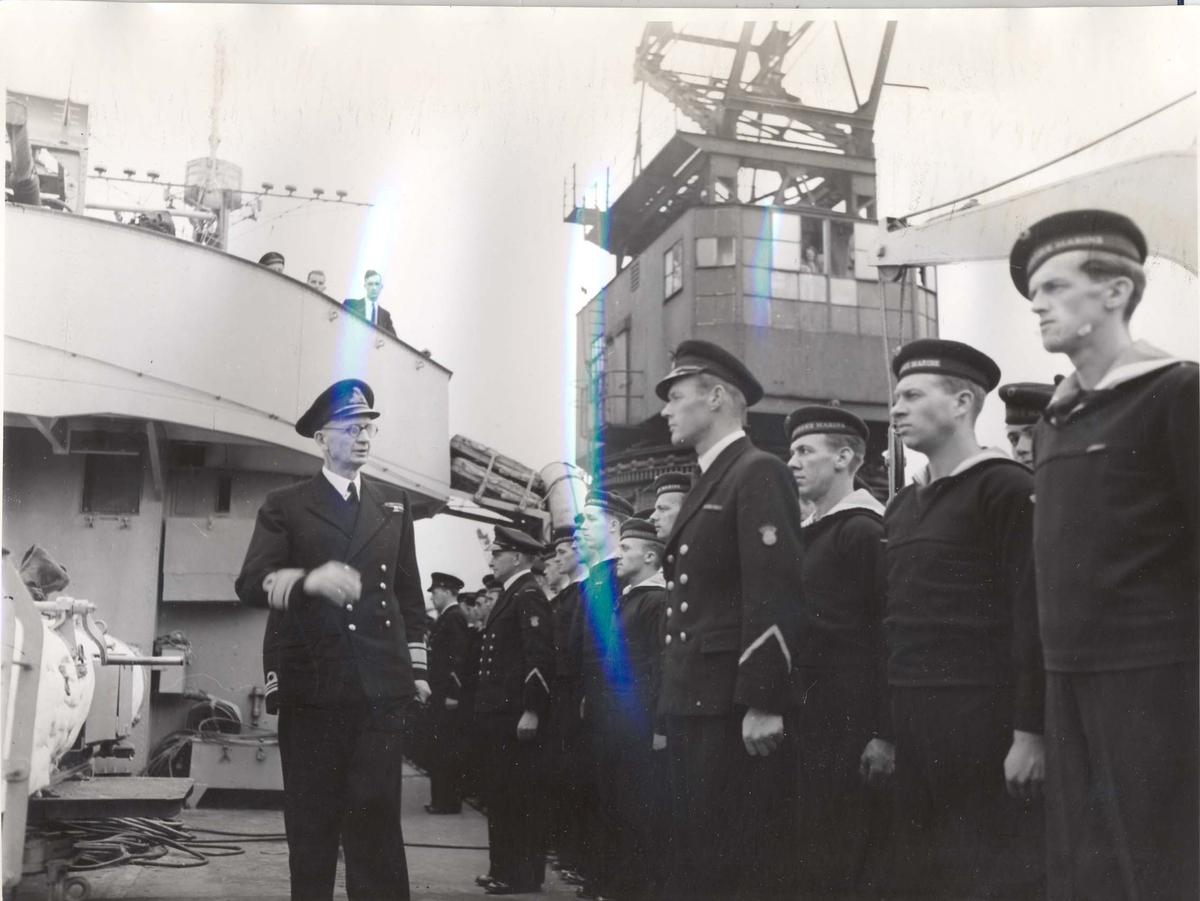 """Jageren """"Stord"""" blir overtatt av Den Norske Marine, 26.august 1943. Kontreadm. E. Corneliussen inspiserer besetningen"""
