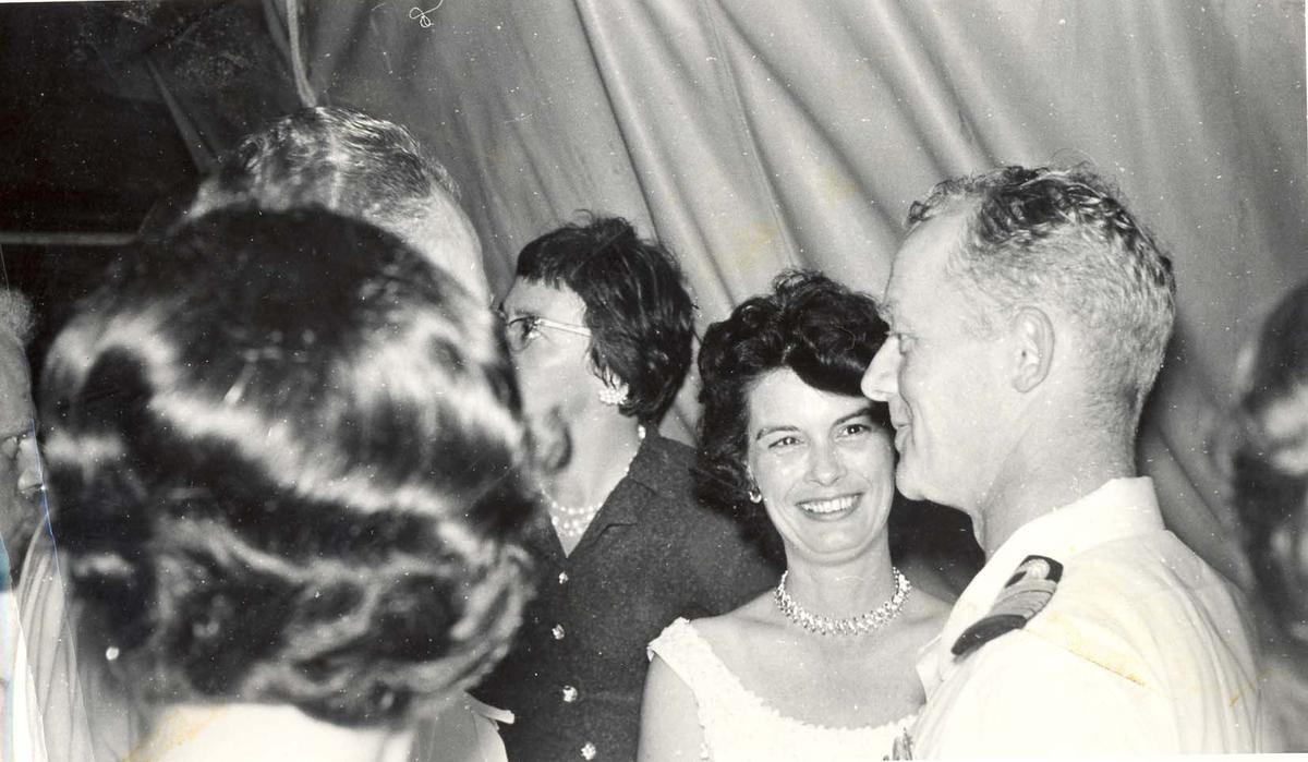 Enkeltbilde. C-kl jager, KNM Bergens tokt til Key West i 1962. kan dette være skipssjefen som sjarmerer amerikansk dame?