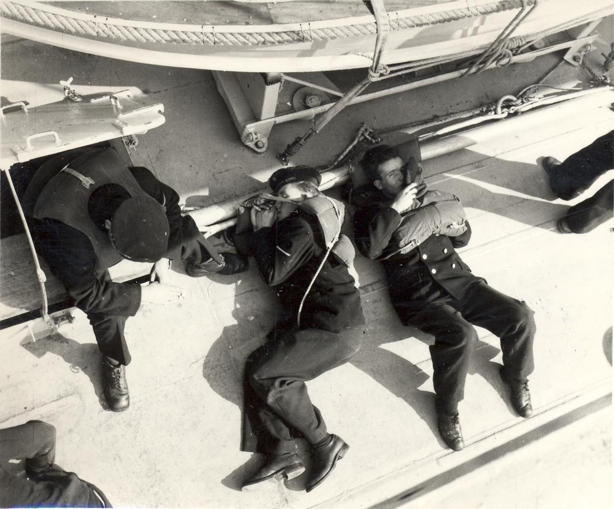 Fra livet ombord på en C-Klasse jager. Redningsmannskap i beredskap på banjeren
