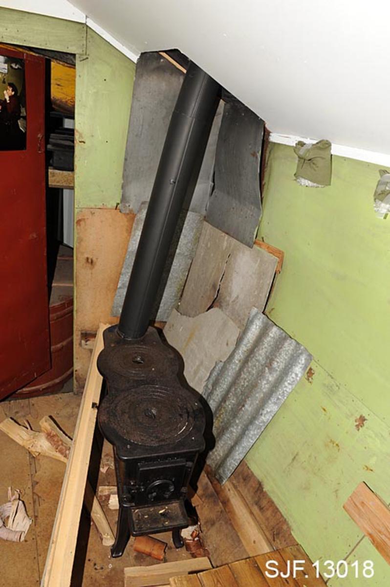 Denne mobile hvilebrakka, trolig av produsert av Moelven, har vært brukt av skogsarbeidere i Østre Elverum. Brakka har meier av tre, slik at det har vært mulig å flytte den på snøføre. Over brakkedøra på utsiden er Statskogs metallskilt festet. Hvilebrakka er utstyrt med vedovn, feleovn,  av typen Jøtul 307,  plassert i hjørnet like ved døra.  Ovnsrøret er trukket opp og ut over tak i det ene hjørnet. Taket er forøvrig tekket med pappshingel. Brakka har vindu i den ene gavlveggen. På hver side av vinduet er det ei hylle.  I hver gavlvegg, oppe ved mønet, er det 2 luftehull.  Innvendig er brakkas vegger kledt med grønnmalte huntonittplater. Bordgolvet har påspikret grå huntonitt. Langs brakkeveggene er det benker cirka 45 cm brede. Den ene benken, brisken, er så lang at det går an å ligge på den. Ved benkene er det 3 oppfellbare bord som henges fast i kroker. Kroken til det ene bordet mangler. Opprinnelig har det vært 4 slike oppfellbare bord, men det fjerde, som var plassert like ved ovnen, mangler. Bordene er cirka 51 cm lange og 35 cm brede.  I taket, like ved vinduet, henger det en ståltråd i en jernkrampe. Ut fra bildet når brakka var i bruk er det grunn til å tro at det har hengt en parafinlampe der.