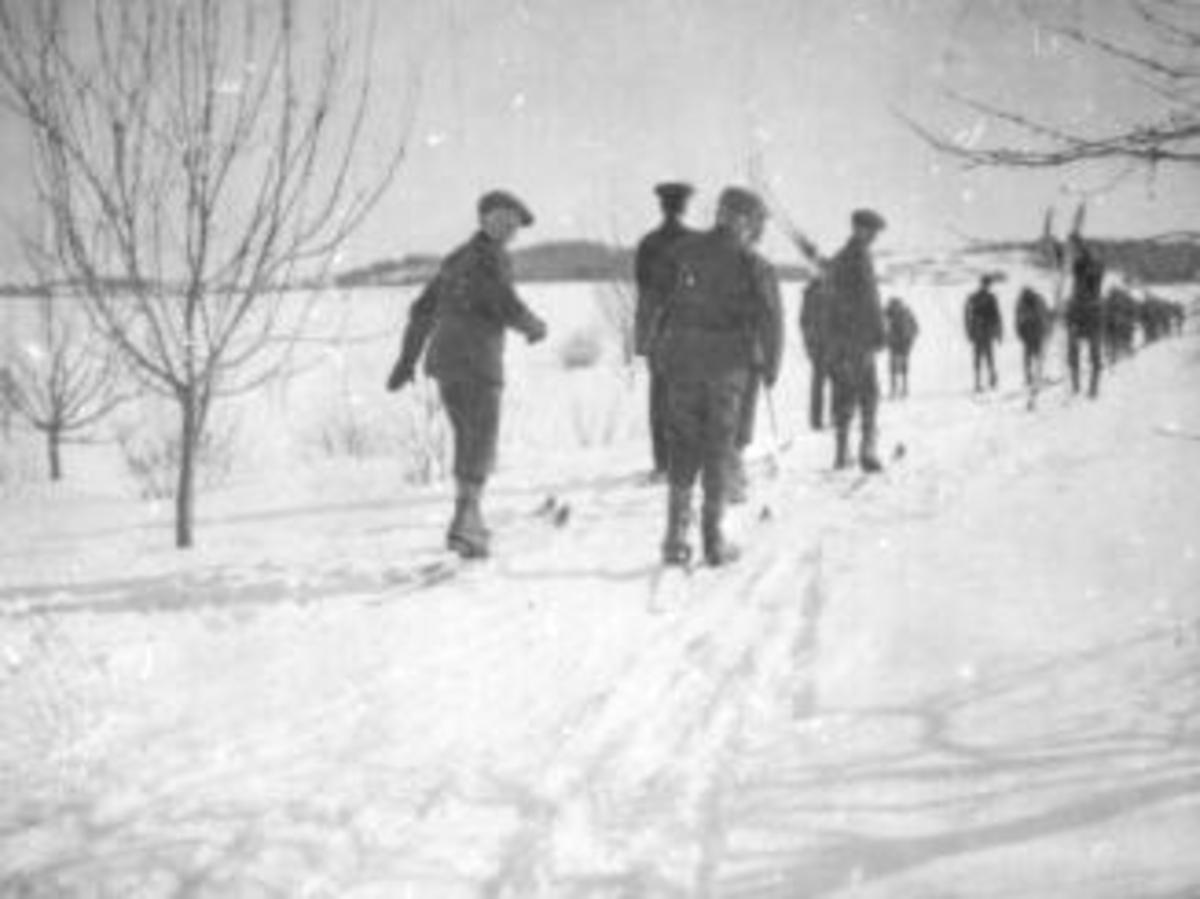 Mange gutter fra Toftes Gave, Nedre Sund, Helgøya på skitur.