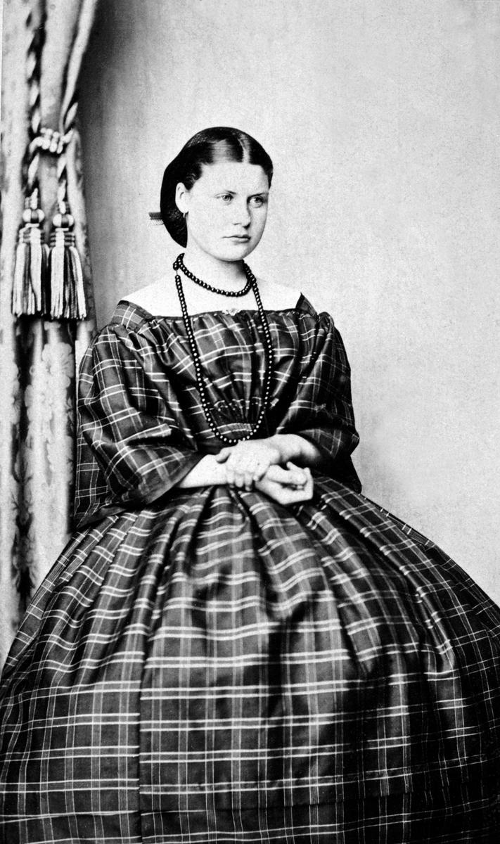 Portrett av Julie Haagensdatter Simenstad f.1849 fra Gjestvang øvre, Nes, Hedmark. Gift med landhandler Smestad. Da Julie døde så giftet Smestad seg på nytt med Julies søster Gunda f. 1854.