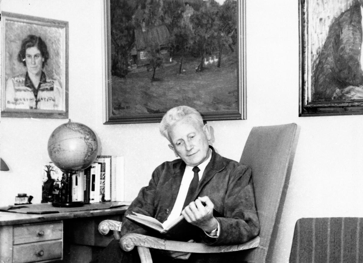 Portrett av doktor Einar Lundby, interiør, stue, globus på skrivebord, Brumunddal.