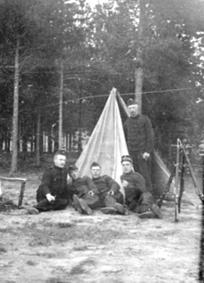 5 SOLDATER I MILITÆRUNIFORM, TERNINGMOEN, TELT, GEVÆR, LARS IMERSLUND FØDT: 8. 4. 1880 SITTER SOM NR 1 FRA HØYRE