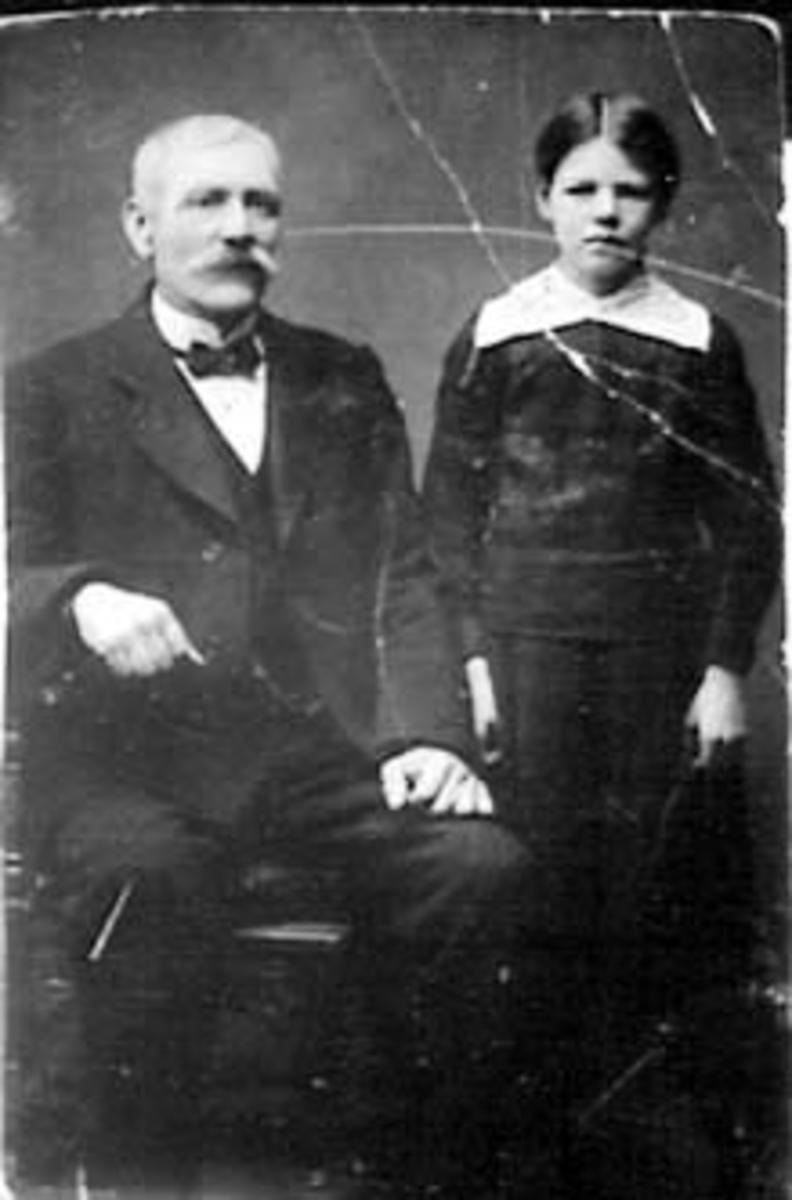 GRUPPE: 2, KARL BÆK HOEL FØDT: 1856, DATTER BERTHE. Berte Helene. Hun var født 5. oktober 1905.