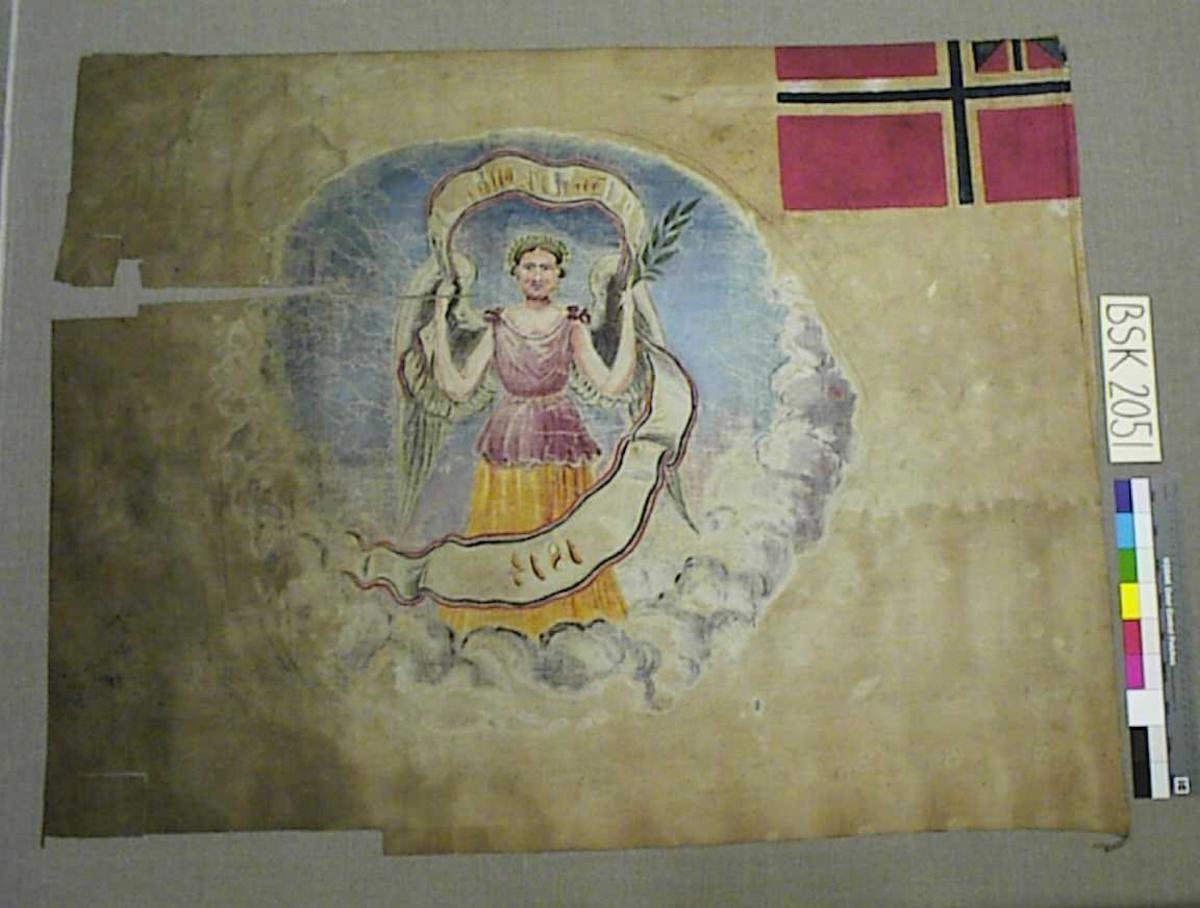 """Framside: Tekst: """"Den 17 maj 1814"""" Motiv: Flagget i øvre venstre hjørne, med rest av """"sildesalat"""". Engel i """"rund"""" form med skyer som innramming nederst.  Bakside: Fanen er enkel. Trolig gjennomslag fra retten."""