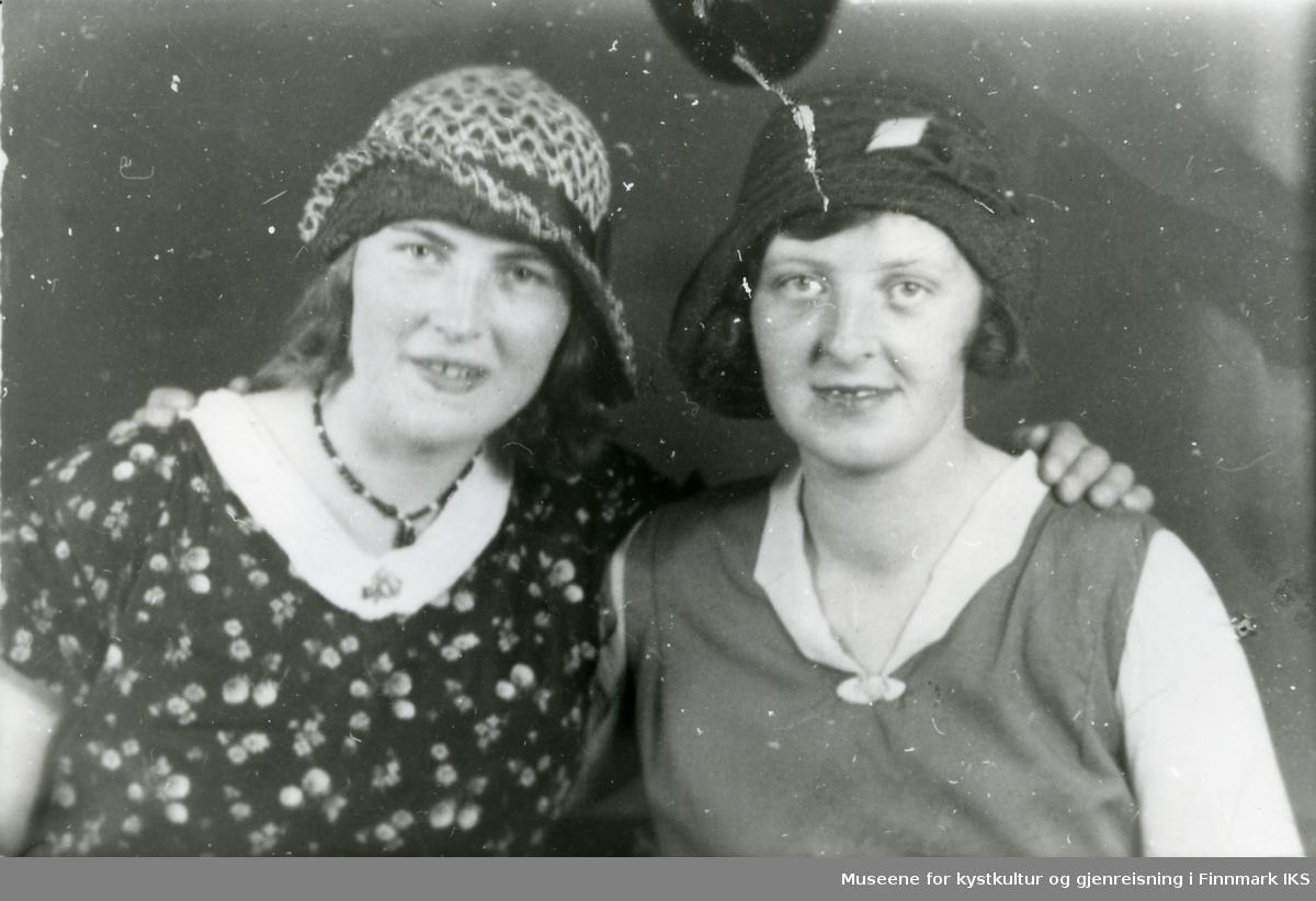 Ingrid Olsen (g. Eilertsen) og Kamilla Gjerp fotografert ca 1935.