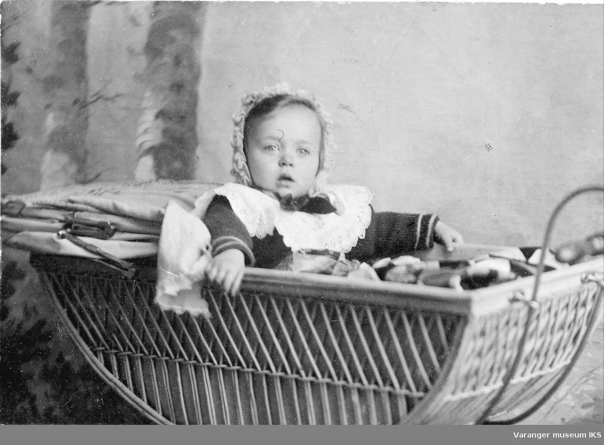 Mildrid Karlsen som baby i gammel barnevogn.