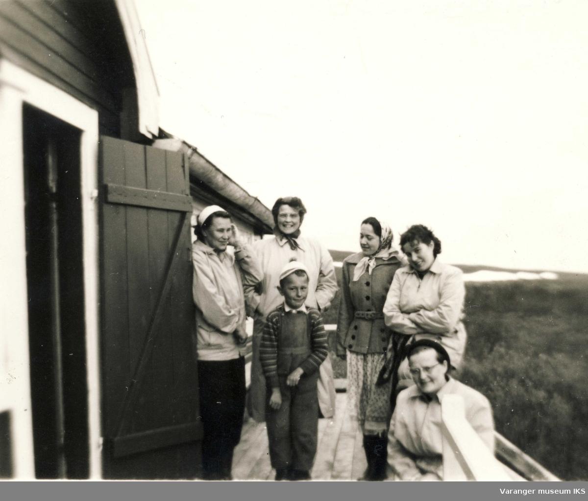 Ida Tuomainen og 5 personer på altanen på Viinikkahytta i 1930