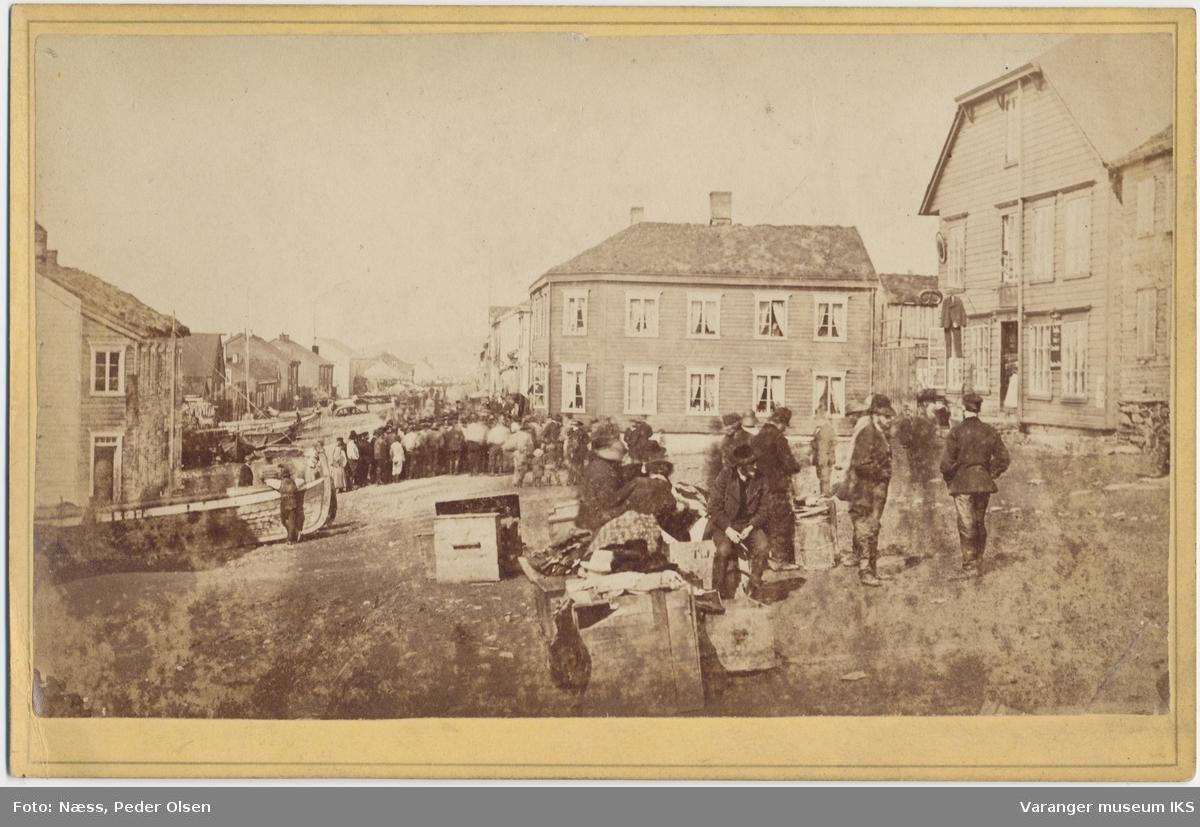 Folkemengde på torget i Vardø, Strandgata i bakgrunnen