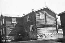 """""""Fra Fokstua fjellstue. a. Fjellstuen, b. Søpå, c. Stabbur ("""