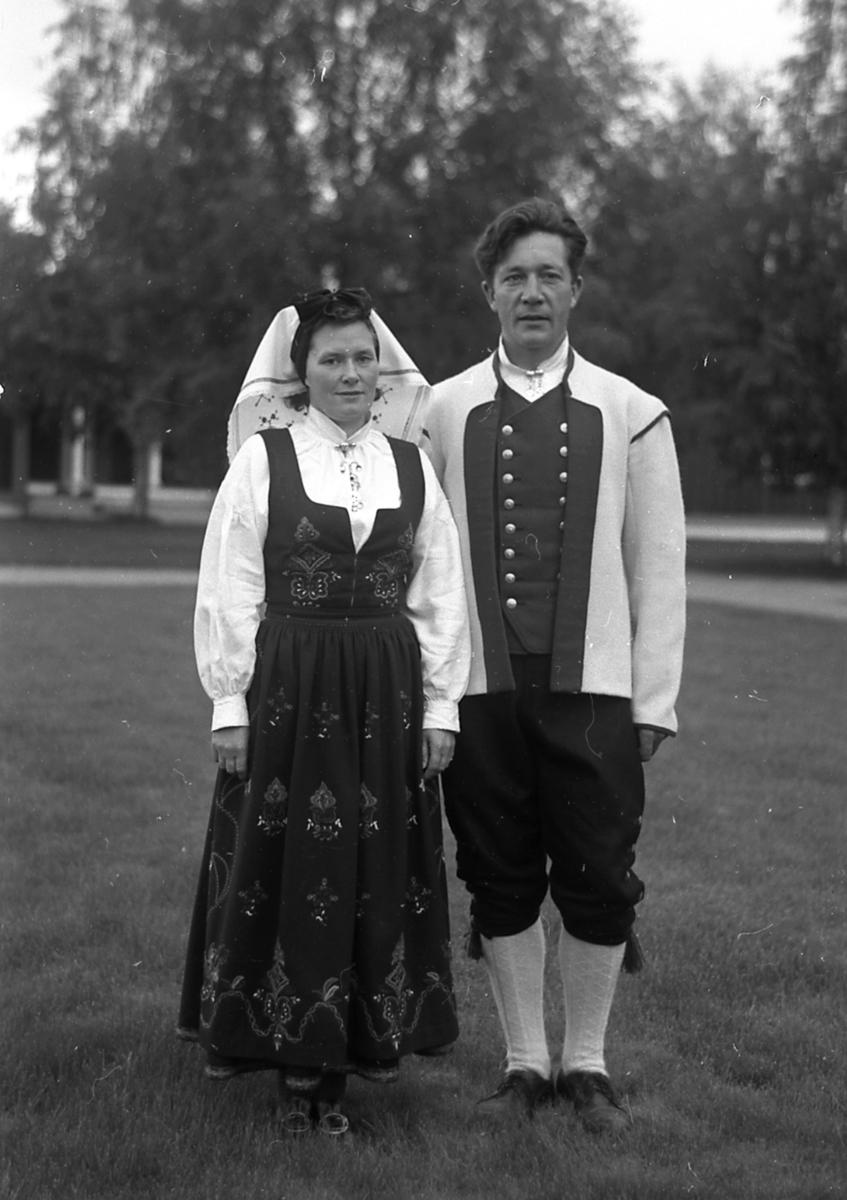 Mann og kvinne i bunader