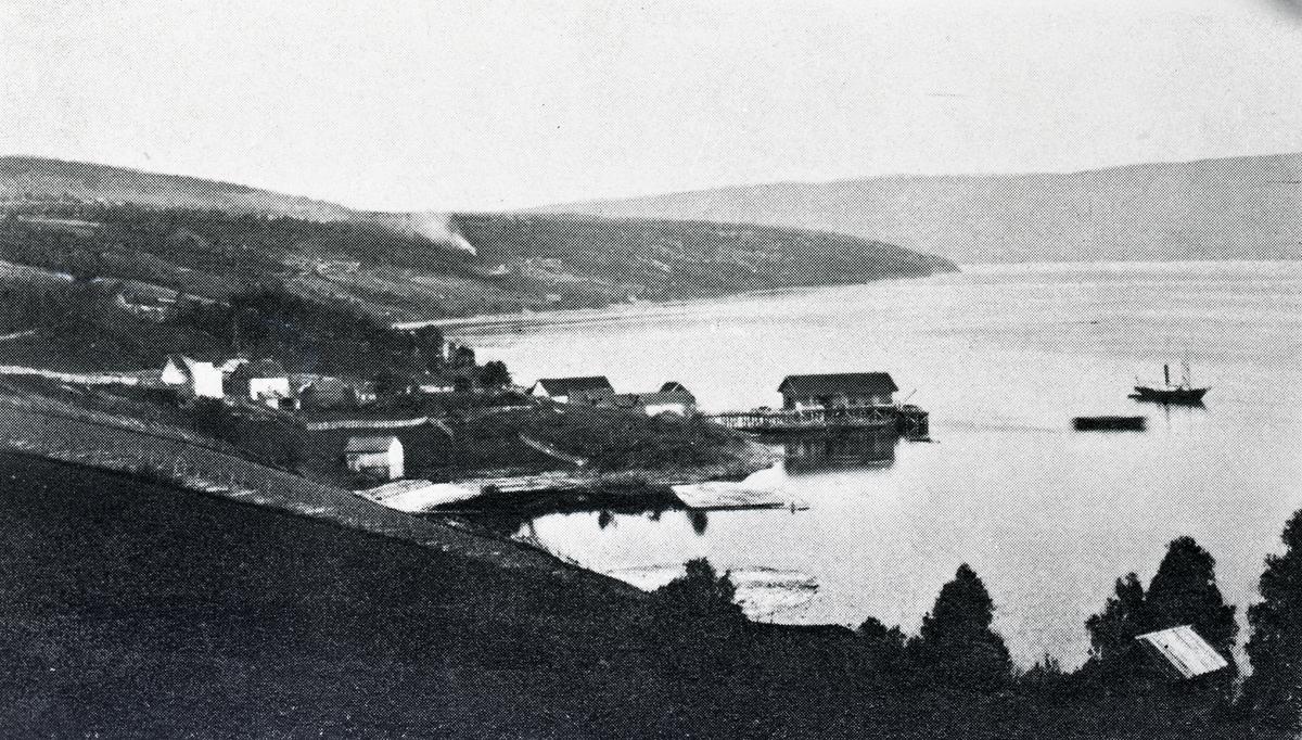 """Båten """"Dronningen"""" utenfor Lillehammer brygge."""