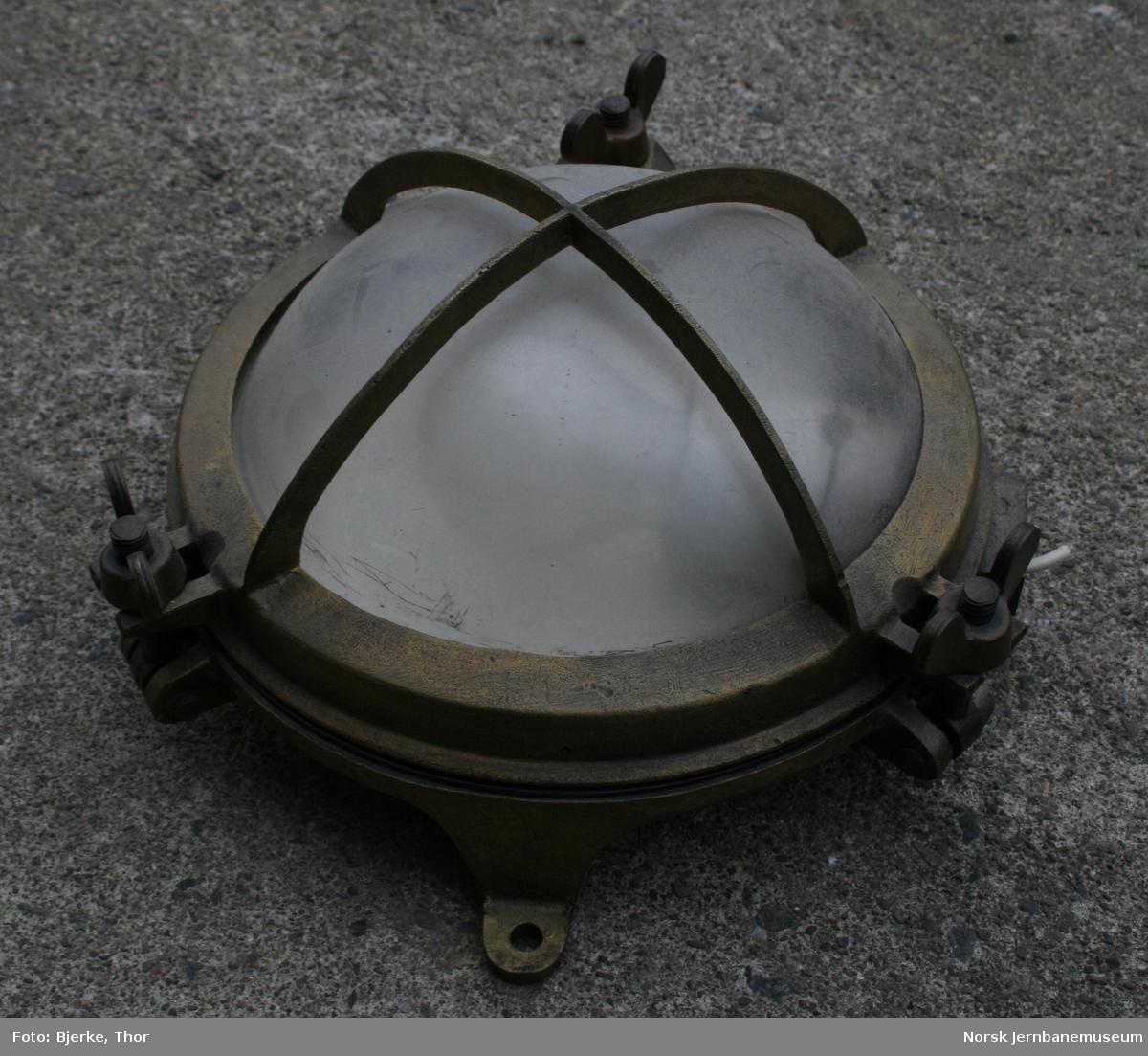 Messenglampe med glasskuppel