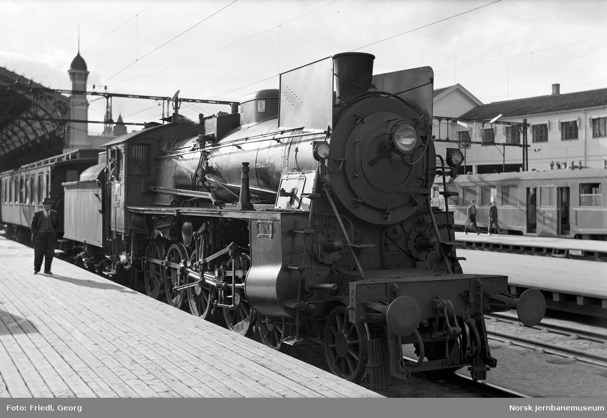 Damplokomotiv type 26c nr. 433 foran persontog til Gjøvik på Oslo Ø
