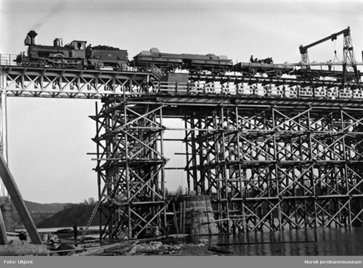 Ombygging Minnesund bru : Damplokomotiv type 9a nr. 45 med arbeidstog på brua
