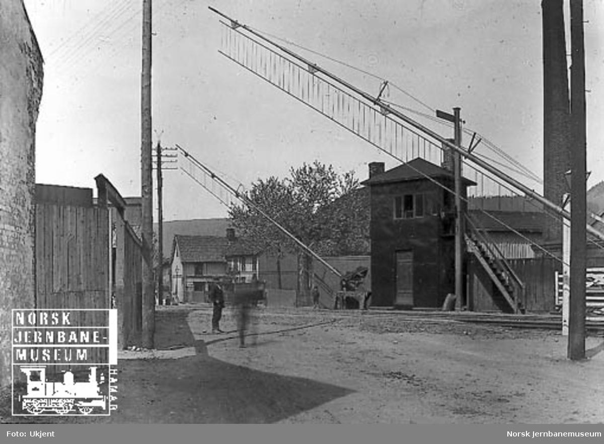 Planovergang med bommer på Råde stasjon