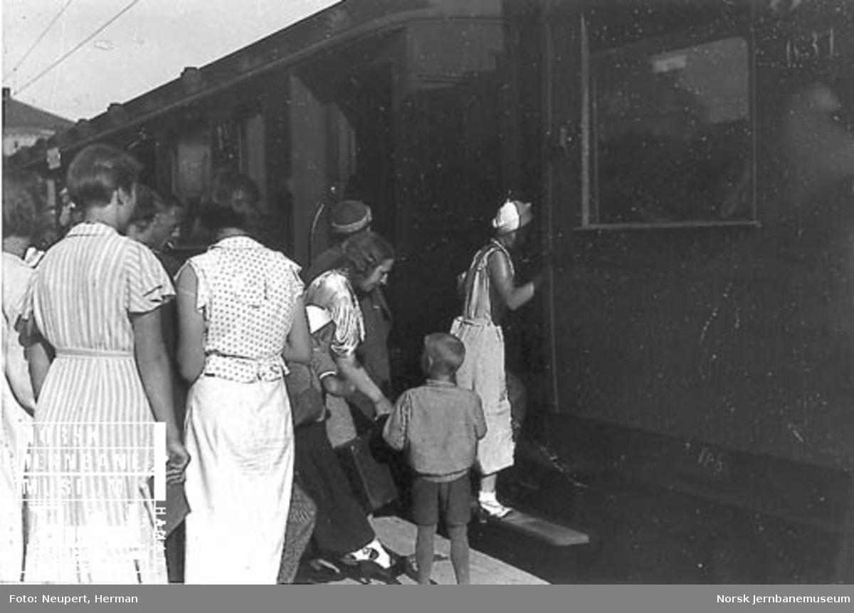 Reisende stiger ombord på toget på Vestbanen