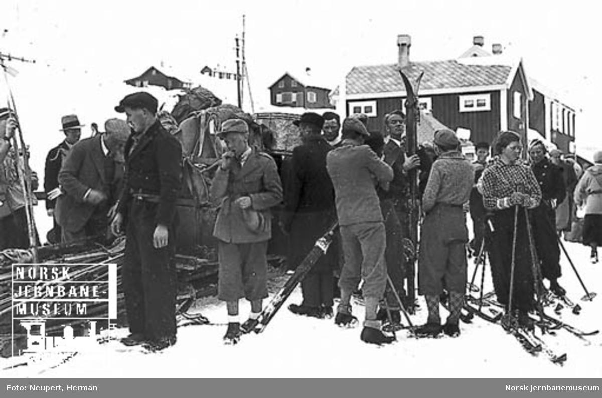 Reisende, ski og reisegods på Ustaoset stasjon