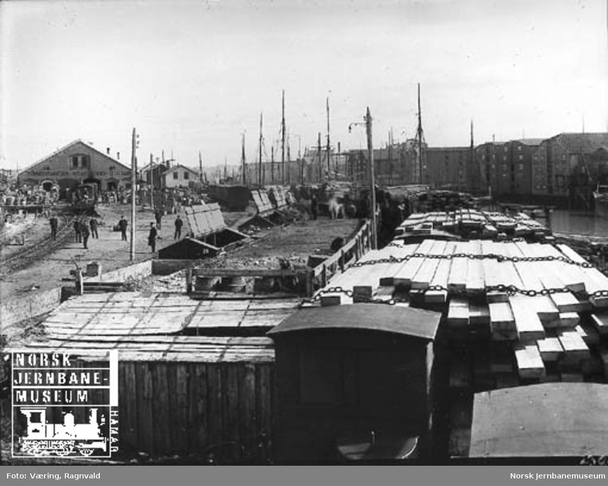 Rørosbanens godsekspedisjonen i Trondheim med en rekke godsvogner på skiftetomta