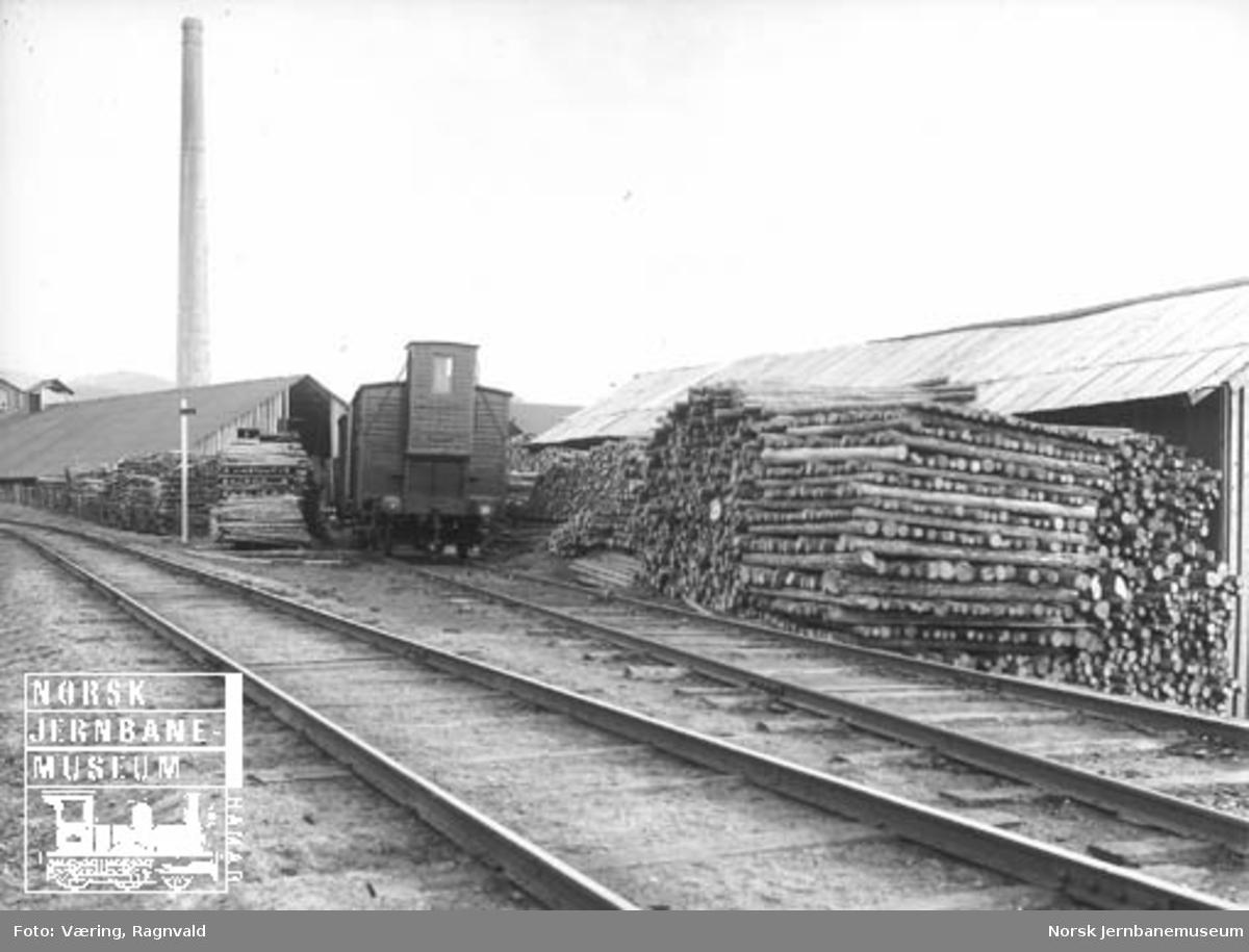 Nygård sidespor på Hommelvik med tømmerstabler og en godsvogn på sidesporet