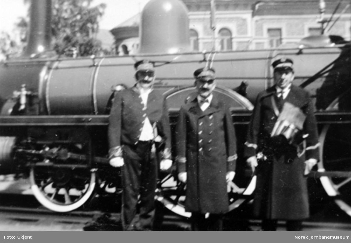 Personale i gamle uniformer foran damplokomotiv type 2a nr. 16